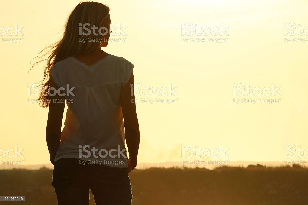 Vue arrière du jeune femme au coucher du soleil - Photo