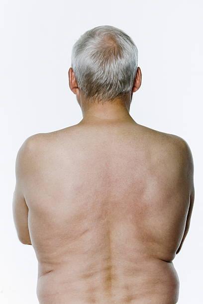 vista posteriore di uomo anziano topless sul - a petto nudo foto e immagini stock