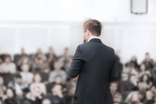 rückansicht.junger Geschäftsmann auf einer Wirtschaftskonferenz mit einem öffentlichen Bericht. – Foto