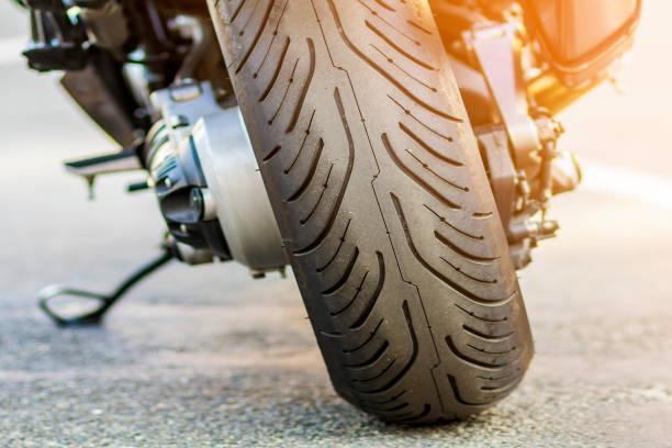 運動摩托車後輪在路上。摩托車停在街上。自由和旅行的概念。 - 電單車 個照片及圖片檔
