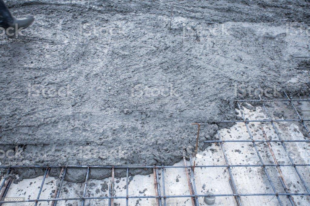 grelhas de malha de ferro com cimento fresco - foto de acervo