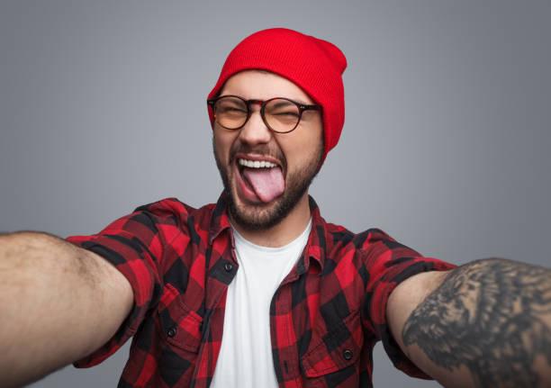 rebel hipster kerl nehmen selfie - lausbub tattoo stock-fotos und bilder