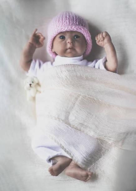 wiedergeborene puppe - wiedergeborene babys stock-fotos und bilder
