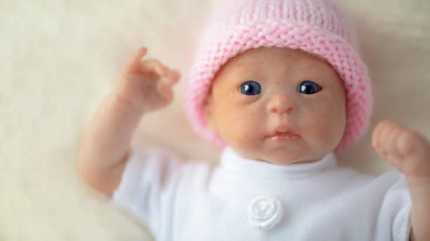 wiedergeborene puppe prem - wiedergeborene babys stock-fotos und bilder