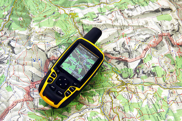 gps receiver and map. - fysische geografie stockfoto's en -beelden