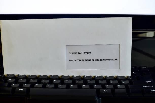 empfangen eines entlassungsschreibens auf dem desktop - kündigung arbeitsvertrag stock-fotos und bilder
