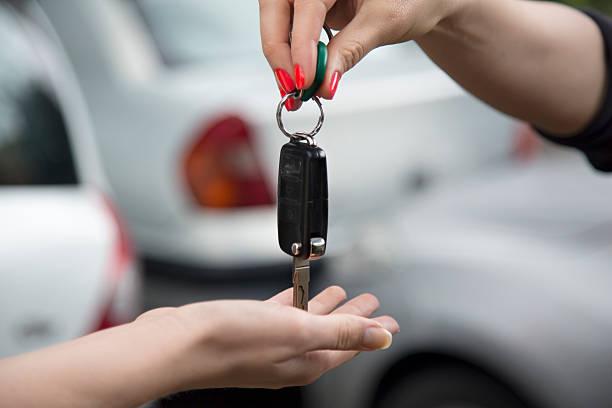 Empfangen von Autoschlüssel von einem neuen Auto. – Foto