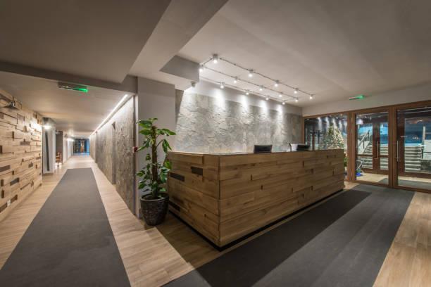 reception desk and view on hallway in modern hotel - hotel reception zdjęcia i obrazy z banku zdjęć