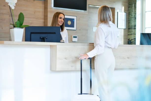 Rezeptionistin und Geschäftsfrau an der Hotelrezeption – Foto