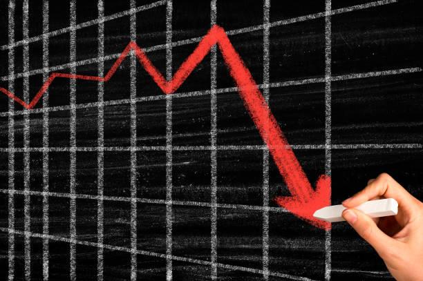 Rezessionspfeil an der Tafel – Foto