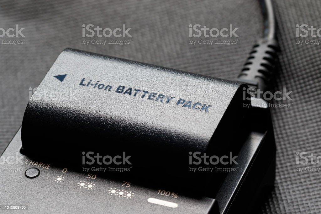Wiederaufladbare Lithium-Ionen-Akku mit Ladegerät – Foto