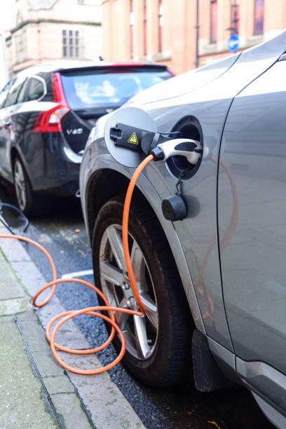 Ein Elektrofahrzeug aufladen. – Foto
