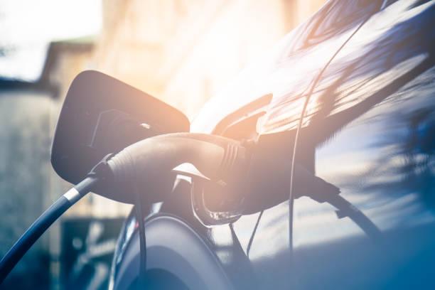 recharging electric car - automobile con biodiesel foto e immagini stock