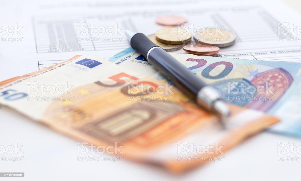 Rechnung bezahlen und Kontrollieren stock photo