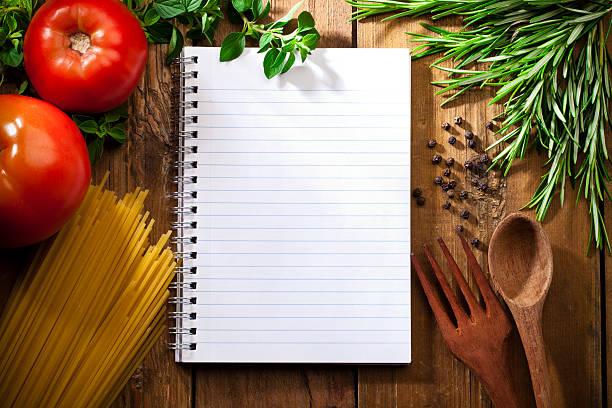 rezept-notepad umgeben von italienischen zutaten - italienische speisekarte stock-fotos und bilder
