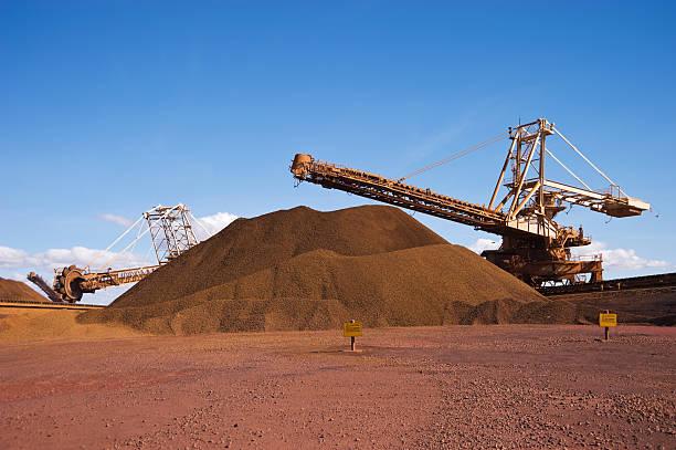 Reclaimer Stacker und Stockpile auf Eisenerz Mine Site – Foto