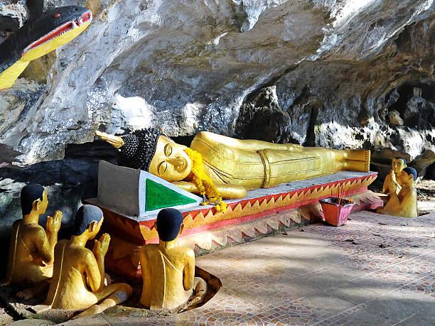 ruhender buddha-elefant-höhle - vang vieng stock-fotos und bilder