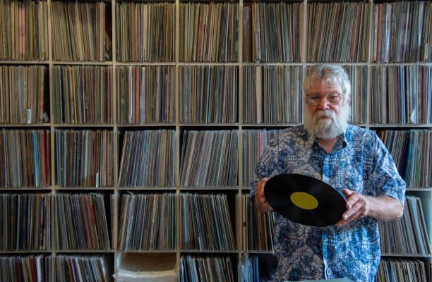 colecionador de discos na frente de sua coleção - coleção - fotografias e filmes do acervo