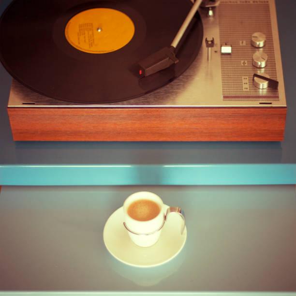plattenspieler und eine tasse espresso - mokkatassen stock-fotos und bilder