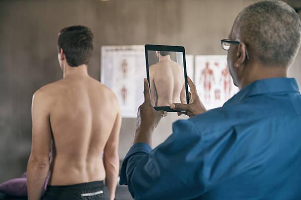 aufnahme seiner patienten die körperhaltung. - tablet mit displayinhalt stock-fotos und bilder