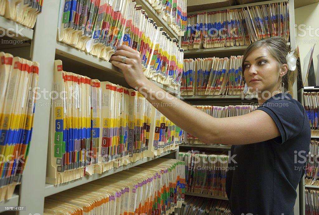 Registros administrador puxando a pasta do paciente no Hospital - foto de acervo