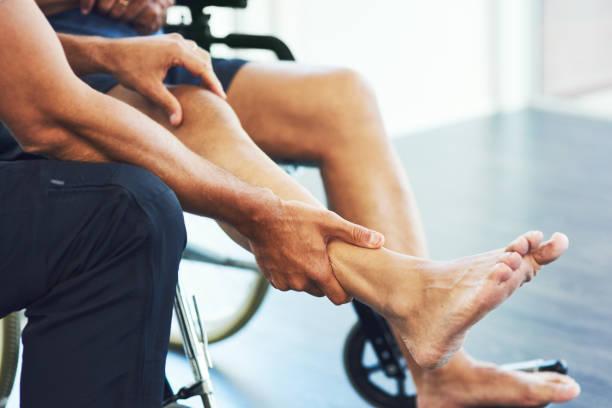 erholung beginnt immer mit einer bewertung - orthopädisches hilfsmittel stock-fotos und bilder