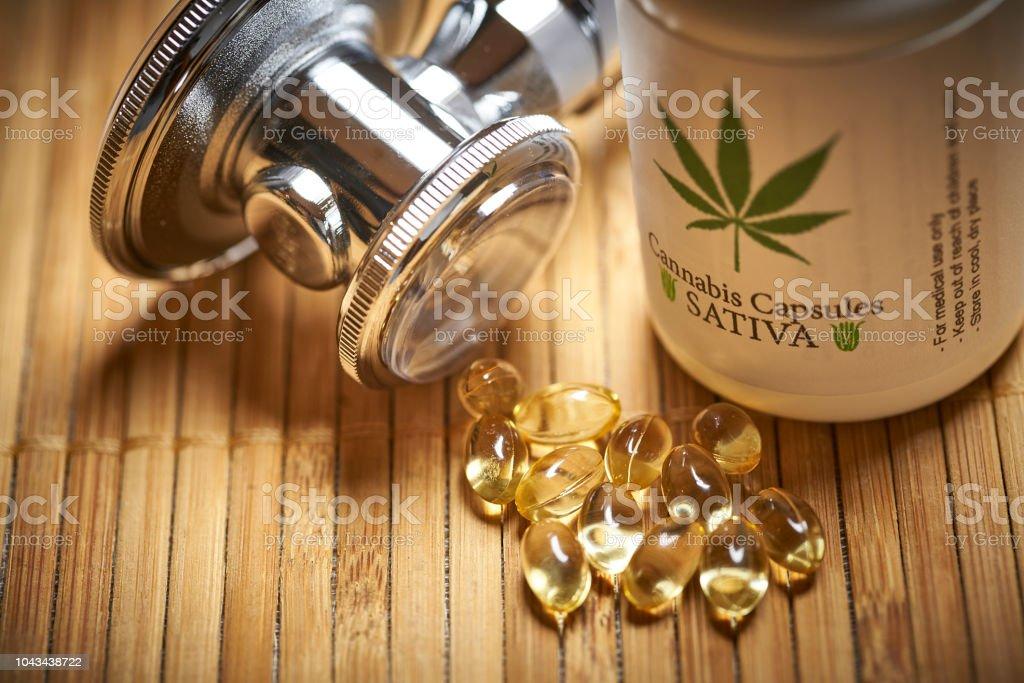 Freizeit medizinische Marihuana und Stethoskop Cannabis Flasche mit Pillen und Gele mit label – Foto