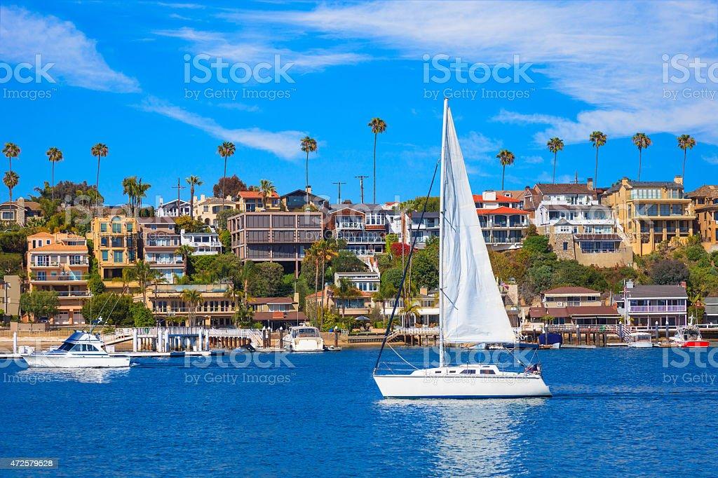 Recreational Segelschiff auf Newport Bay in Newport Beach, CA – Foto