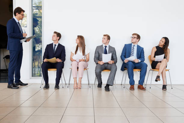 recruiter und menschen warten auf vorstellungsgespräche, in voller länge - outfit vorstellungsgespräch stock-fotos und bilder