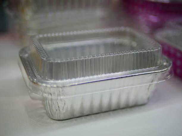 rechteckigen aluminium folie tray - alufolie backofen stock-fotos und bilder