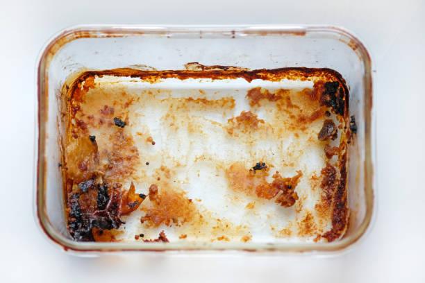 rectangular glass baking dish top view. dirty meat baking dish - burned oven imagens e fotografias de stock