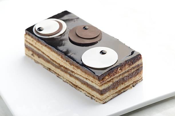 rechteckige opern-torte auf einem weißen hintergrund. - musik kuchen stock-fotos und bilder