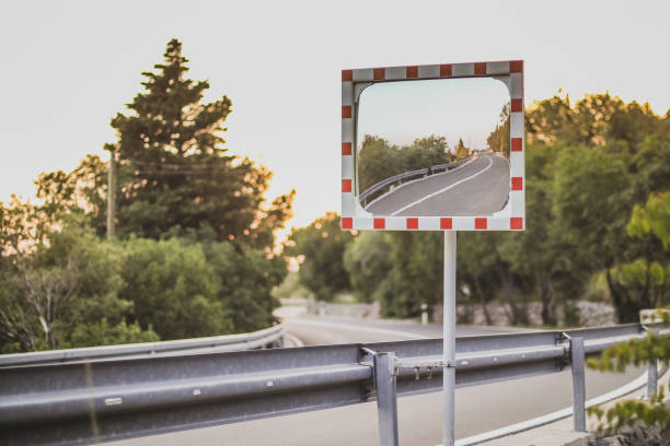 miroir de route rectangulaire sur une courbe - convexe photos et images de collection