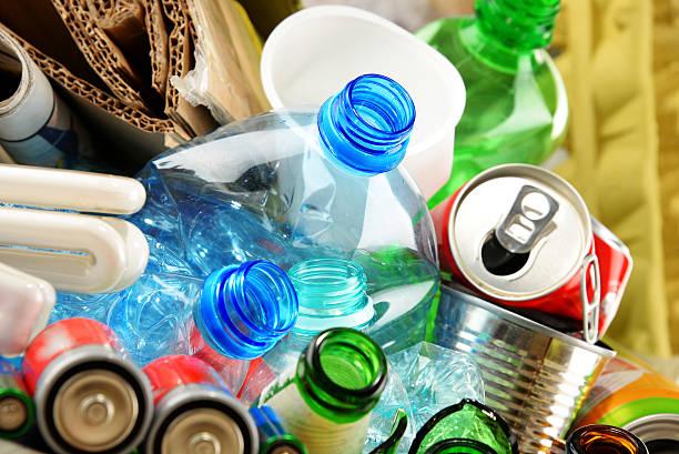recyceln abfälle aus glas, papier, plastik und metall - recycelte weinflaschen stock-fotos und bilder