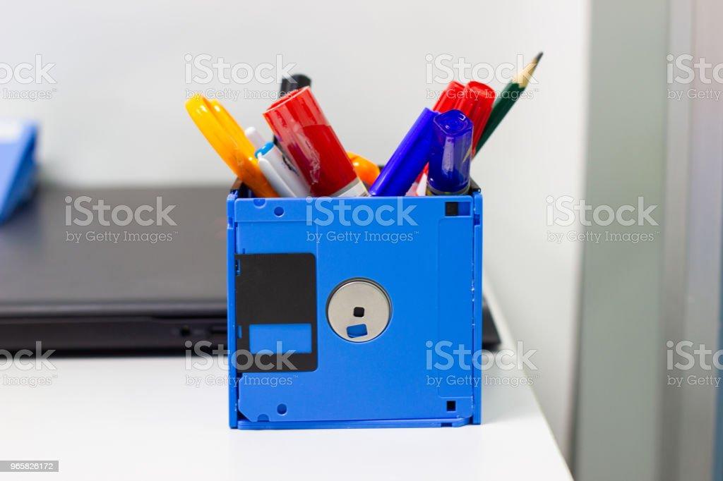 återvinna diskett, kreativa objekt används för Store varor såsom penna pennor sax i en låda - Royaltyfri Affär Bildbanksbilder
