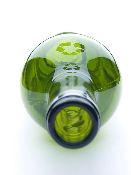 recycling von glas - recycelte weinflaschen stock-fotos und bilder