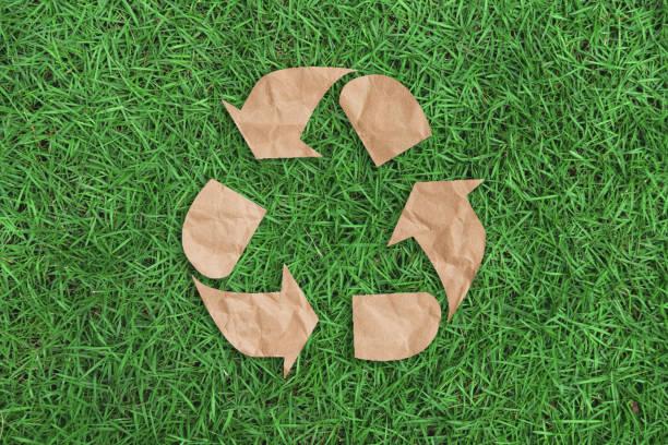 Recycling-Symbol auf grünen Rasen Hintergrund Draufsicht. Eco und das Erde-Konzept zu retten. – Foto