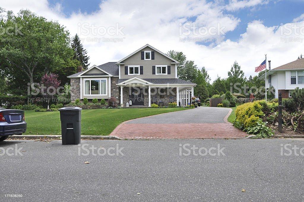 Contenedor de reciclaje de poner verde en casa suburbana Curb - foto de stock