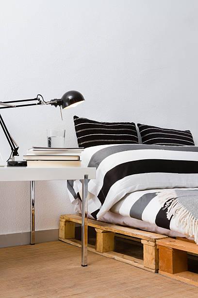 recycling-heimwerken paletten podestbett im modernen schlafzimmer - do it yourself hochbett stock-fotos und bilder
