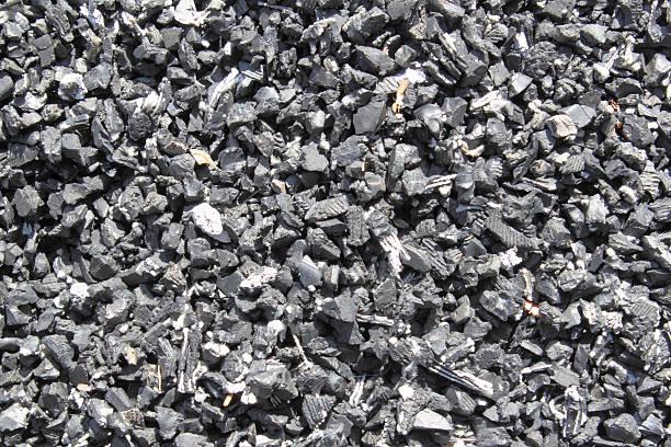 recycelter kautschuk laubdecke - gummimulch stock-fotos und bilder