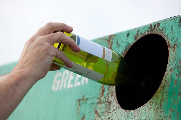 recycling eine flasche - recycelte weinflaschen stock-fotos und bilder