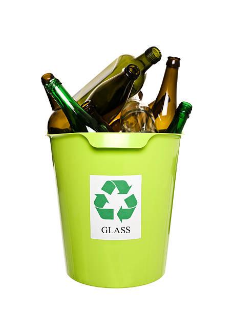 recyclingbehälter mit glas - recycelte weinflaschen stock-fotos und bilder