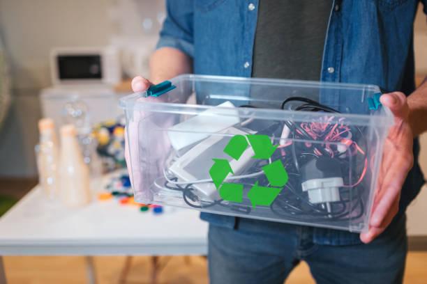 koncepcja recyklingu. odpady elektroniczne w recyklingu contaner z bliska. odpowiedzialny człowiek chroni środowisko podczas sortowania odpadów w domu - przemysł elektroniczny zdjęcia i obrazy z banku zdjęć