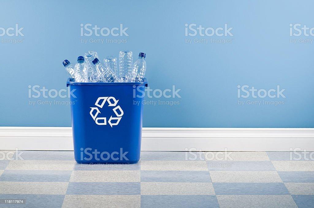 Recycling-Behälter mit Kunststoff-Flaschen – Foto