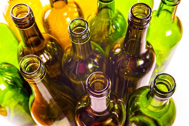 recycling-leeren glas wein flaschen - recycelte weinflaschen stock-fotos und bilder