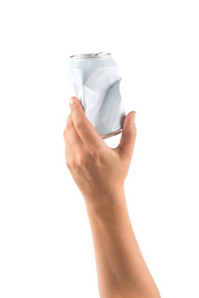 main tenant une canette concassée de recyclage - recyclage main photos et images de collection