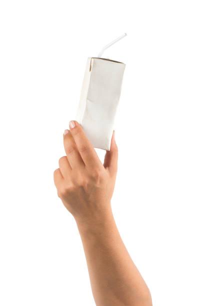 main tenant la boîte de boisson uht carton de recyclage - Photo
