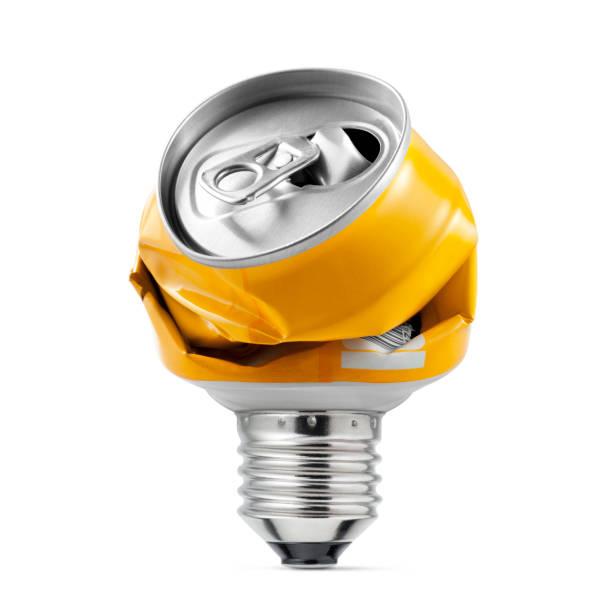 recycling-idee. glühbirne mit zerkleinerten gemacht kann auf weißem hintergrund. - aluminiumkiste stock-fotos und bilder