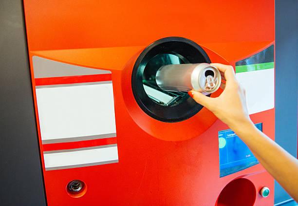 recycling-kunststoff und metall können unsere umwelt - pfand stock-fotos und bilder