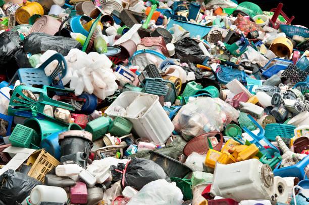 recyclage du plastique en dépotoir - détritus photos et images de collection
